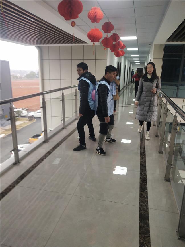 年会活动传气球.jpg